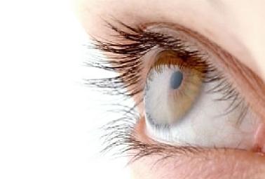 A criança de 4 anos tem círculos abaixo da razão olhos
