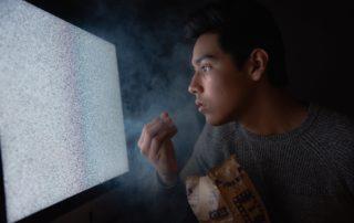 Assistir TV muito Perto: Entenda Porque isso Não Faz Mal à Visão